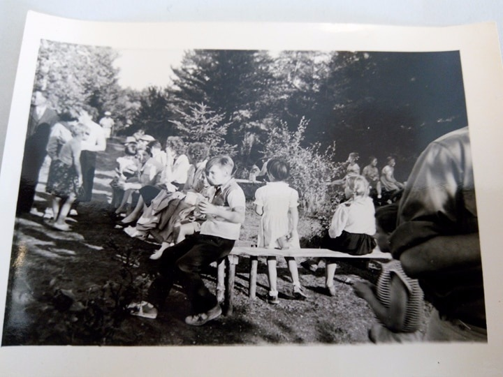Ярослава Бандера (третя, сидить на лавочці) серед дітей у СУМівському таборі