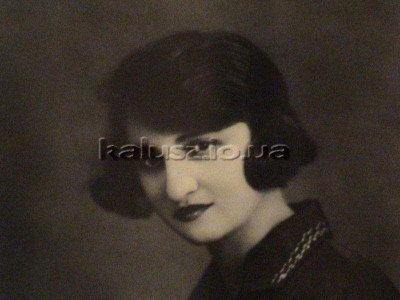 Естер Дічек - тітка пана Бернарда, яка відчула дискримінацію у Львівському університеті. Знищена в часи Голокосту