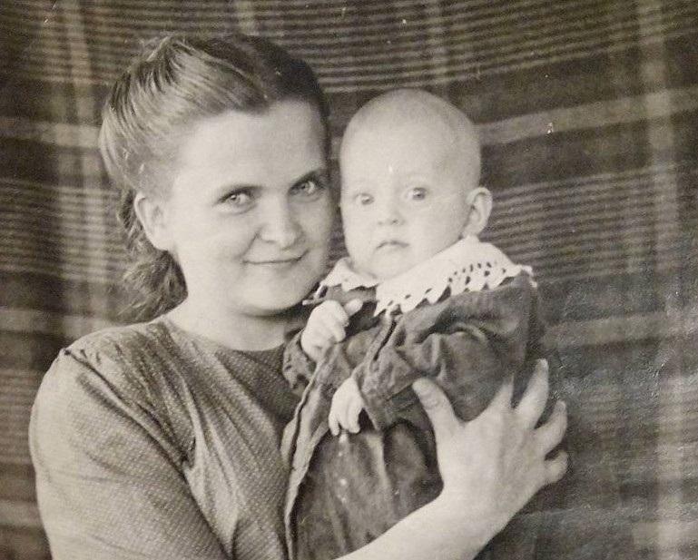 Стефа Кульчицька з дитиною іншої засудженої (50-ті роки ХХ століття, Воркута)