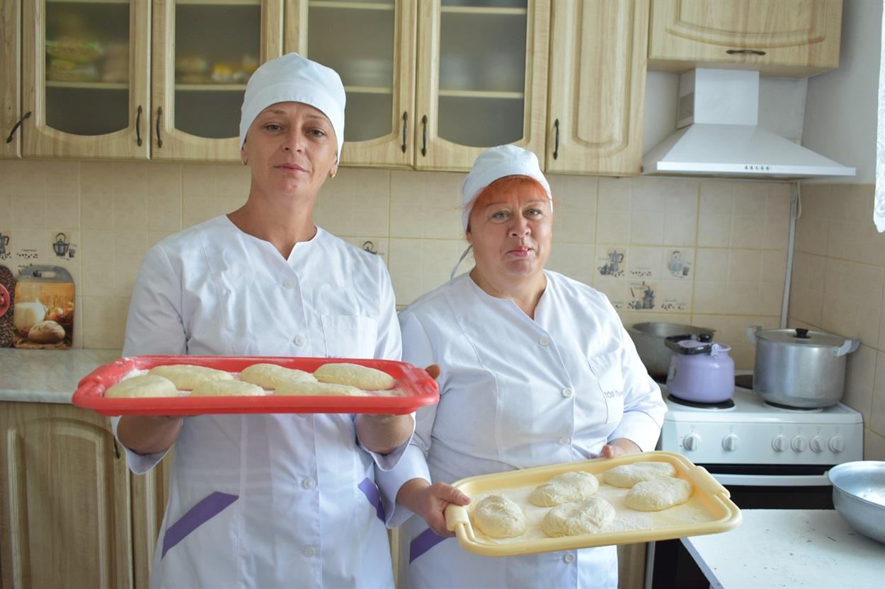 """В меню їдальні ТОВ """"Промінь-21"""" пиріжки від Валерії Кирияки і Віталіни Рябко"""