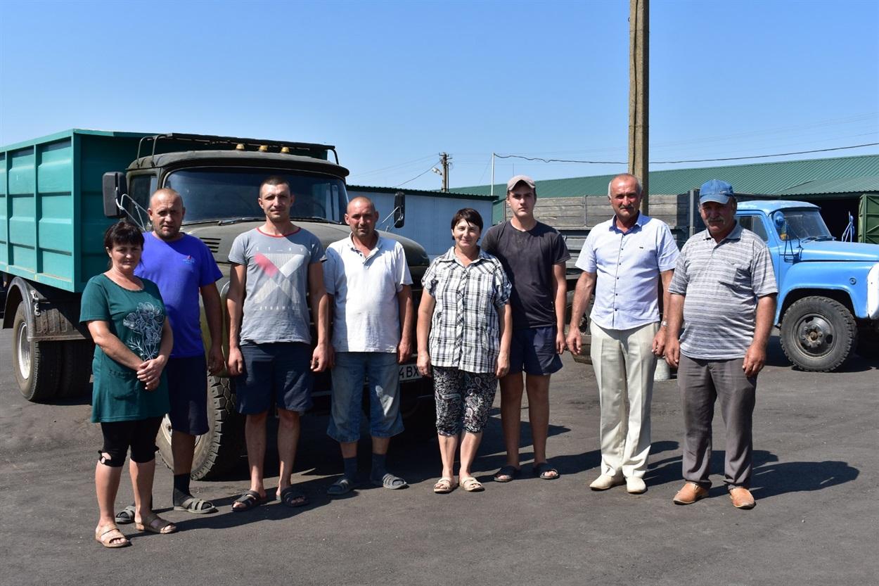 """Віктор Назаревич (другий праворуч) разом з працівниками ТОВ """"Промінь-21"""""""