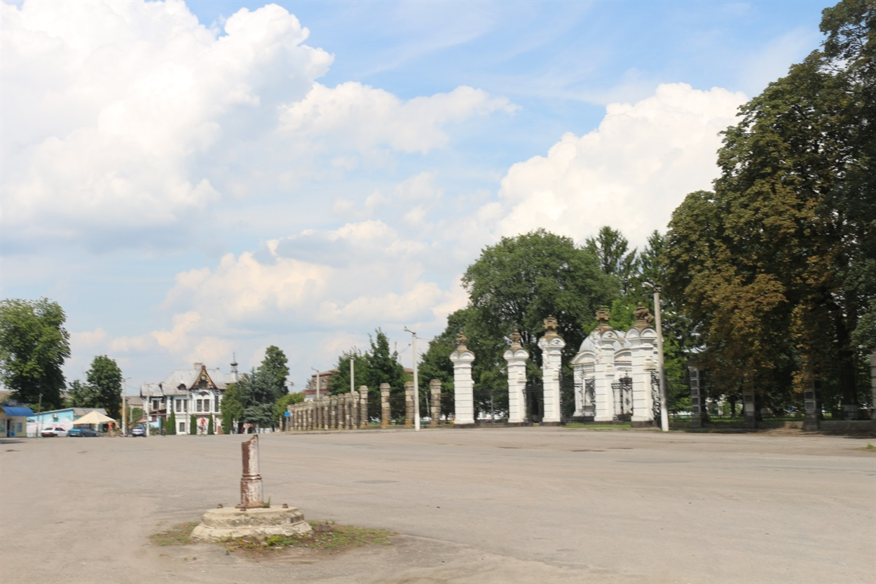 Головна площа Антонін перед резиденцією Потоцьких