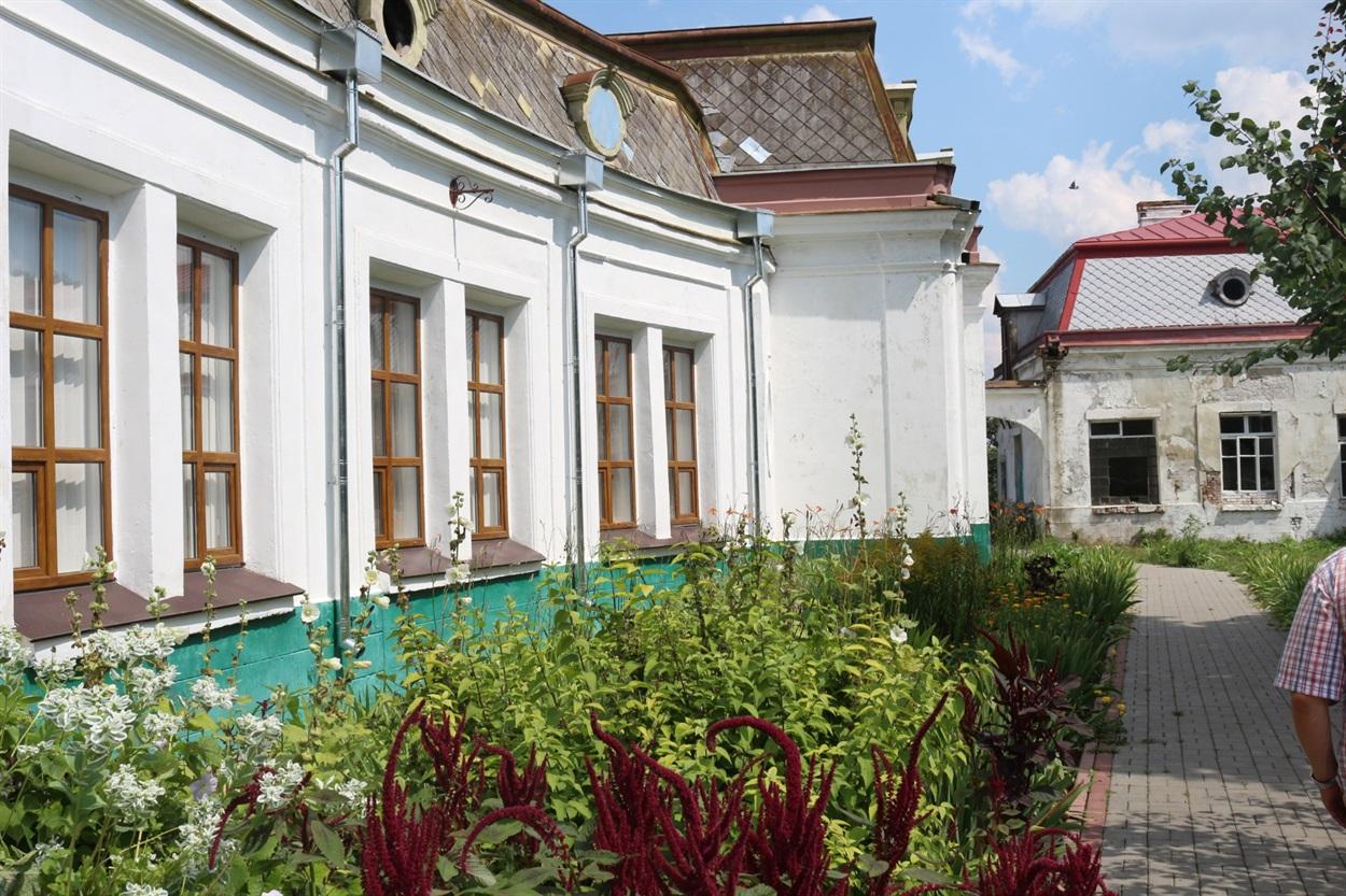 У флігелі - музей Потоцьких