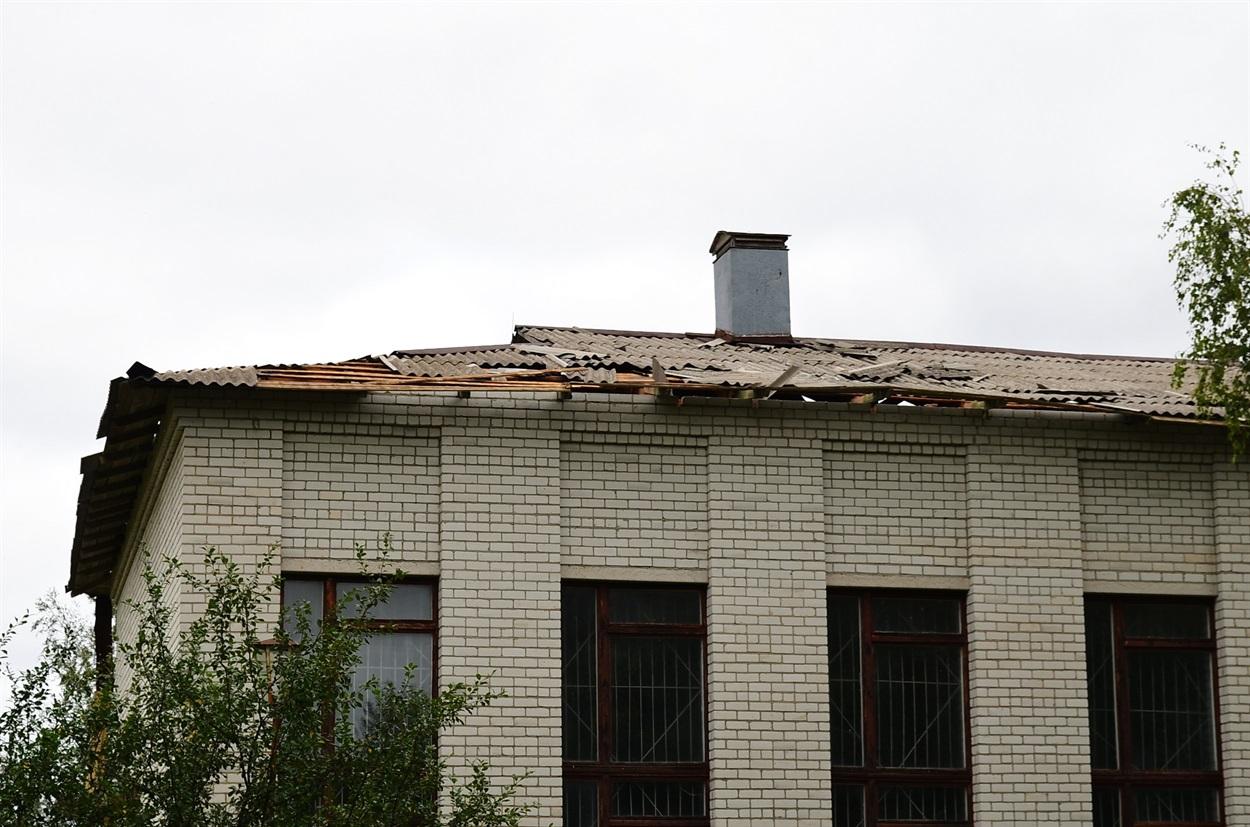 Пошкоджена покрівля дев'ятирічки у Б.Слободі