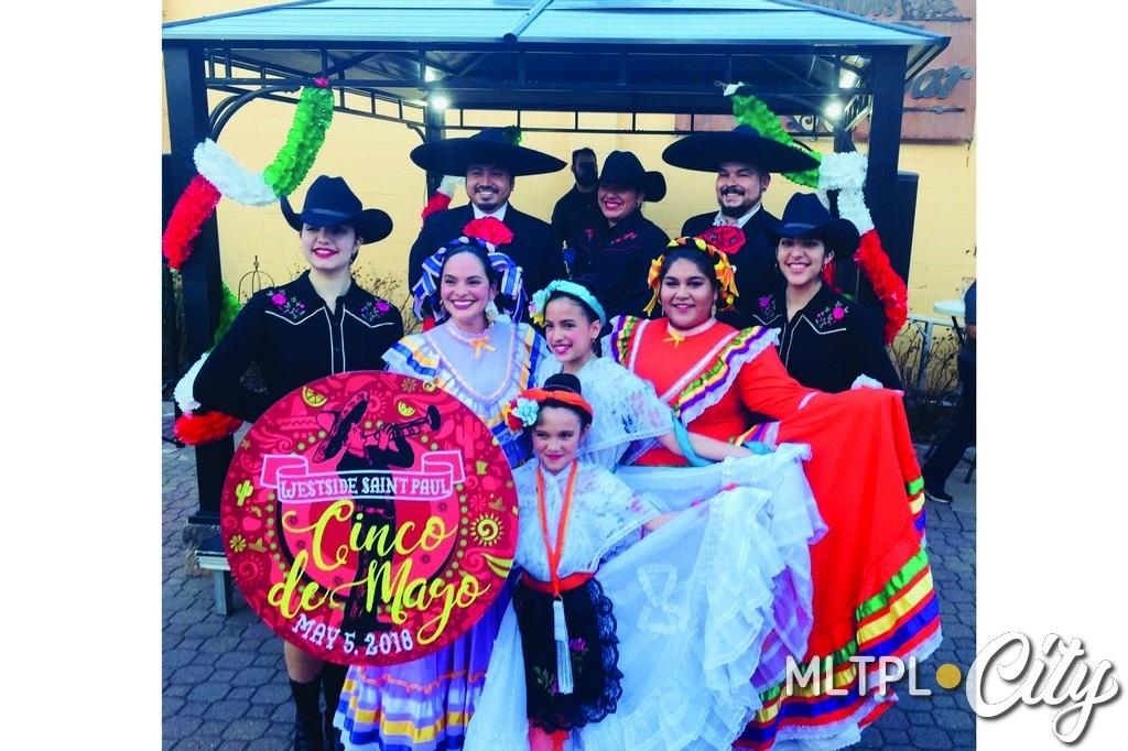 Танцевальный коллектив Los alegres bailadores. Выступление в мексиканском ресторанном центре El Burito Mercado