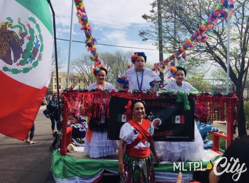 Бекки Моран Кузик с танцевальным коллективом. Парад 5-го мая 2018