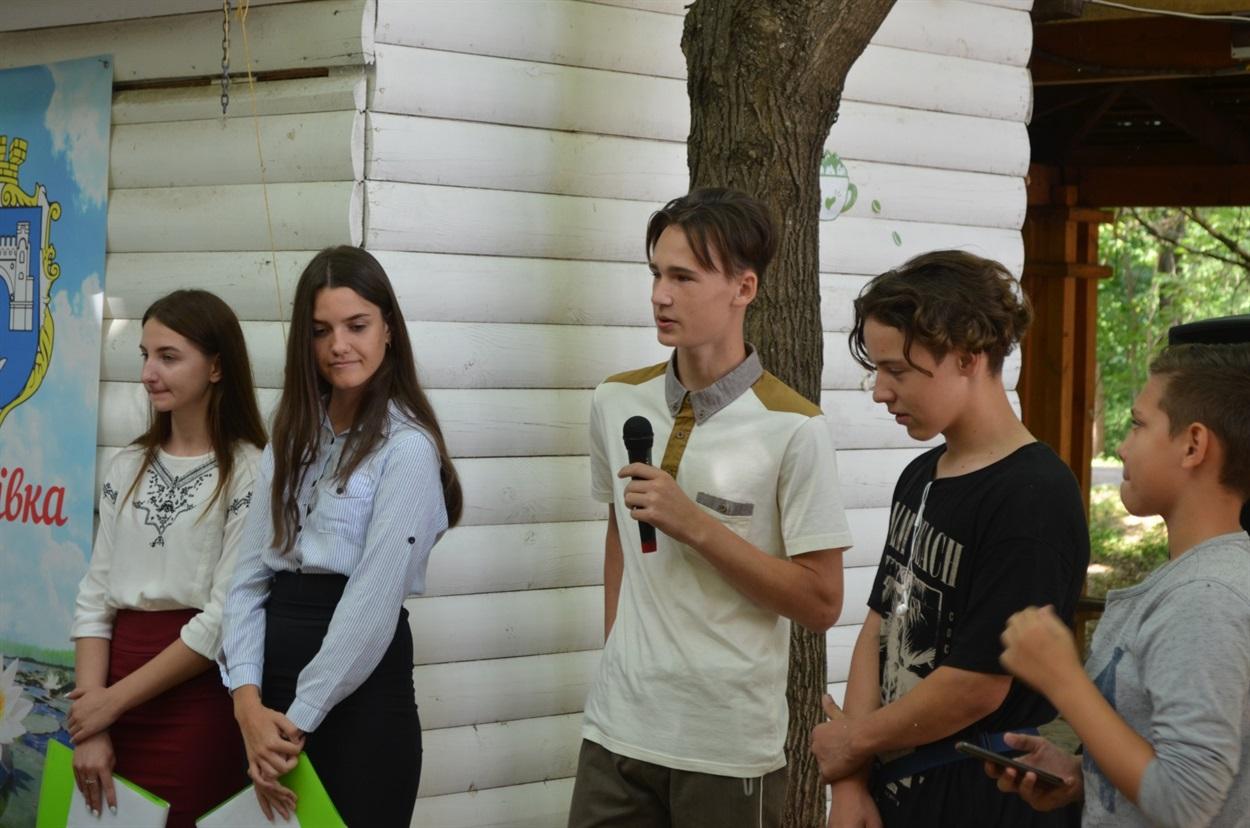 Молодь та діти міста розповідають про проєкт скейт-парку, який вони підготували на Ярмарок ідей в громаді