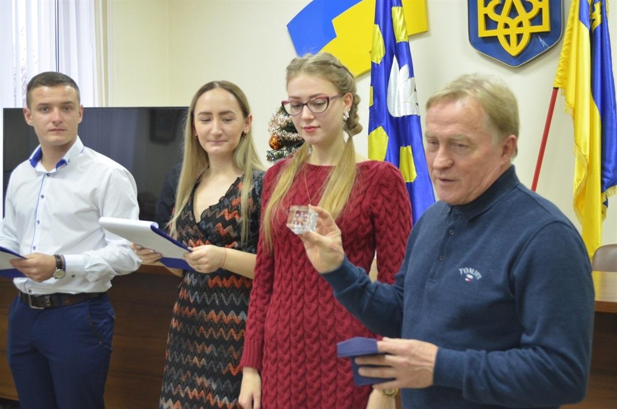 Юлія Капланян повернулася після відмінного навчання працювати у місто - вчителькою початкових класів