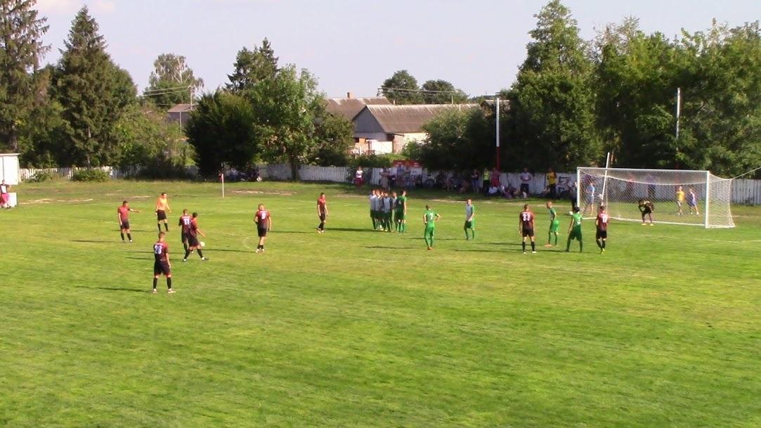 За мить Віталій Брикса (крайній зліва) зі штрафного зробить рахунок у матчі 4 : 0