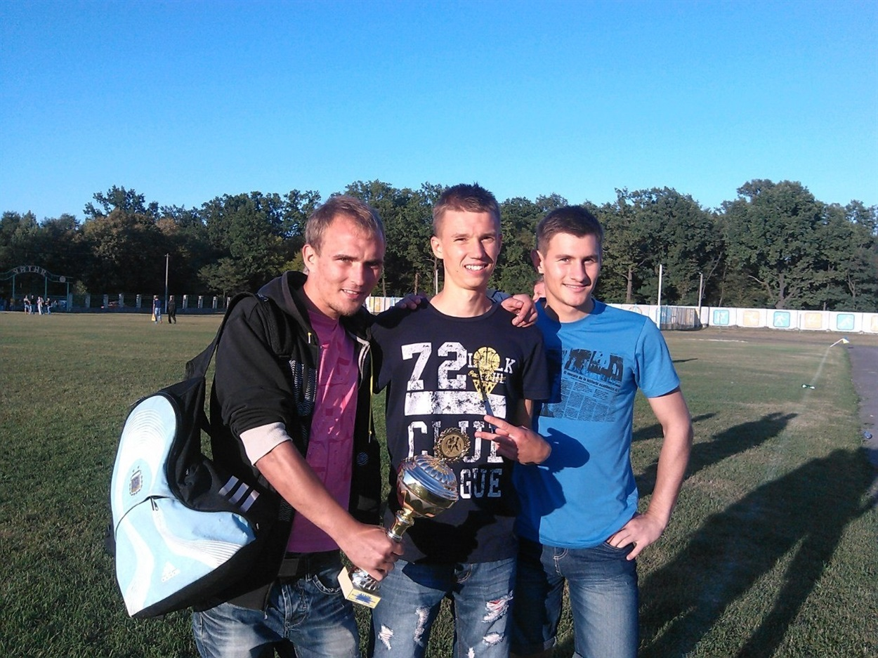 Ось таким – з посмішкою переможця запамятається Олег Лойко (крайній зліва) любителям футболу Вараша і Володимирецького району