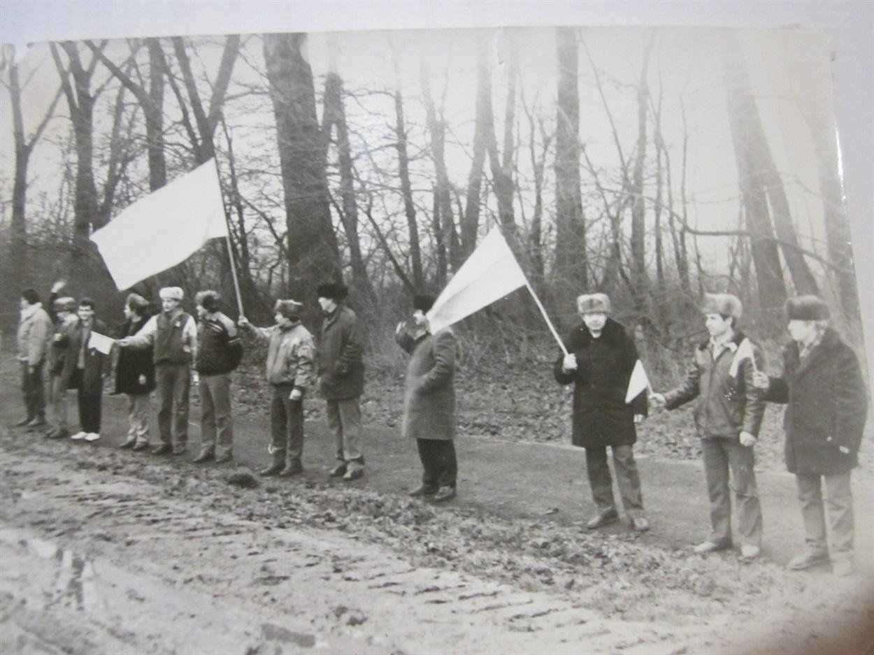 Рухівці з Вараша беруть участь в Ланцюгу єднання на День Соборності України. 22 січня 1990 року