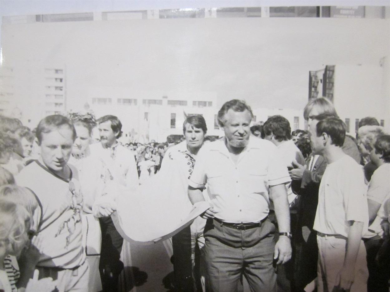 Народний депутат Володимир ПИЛИПЧУК з Національним прапором України перед його встановленням над Кузнецовською міською радою поряд з прапором УРСР. 29 липня 1990