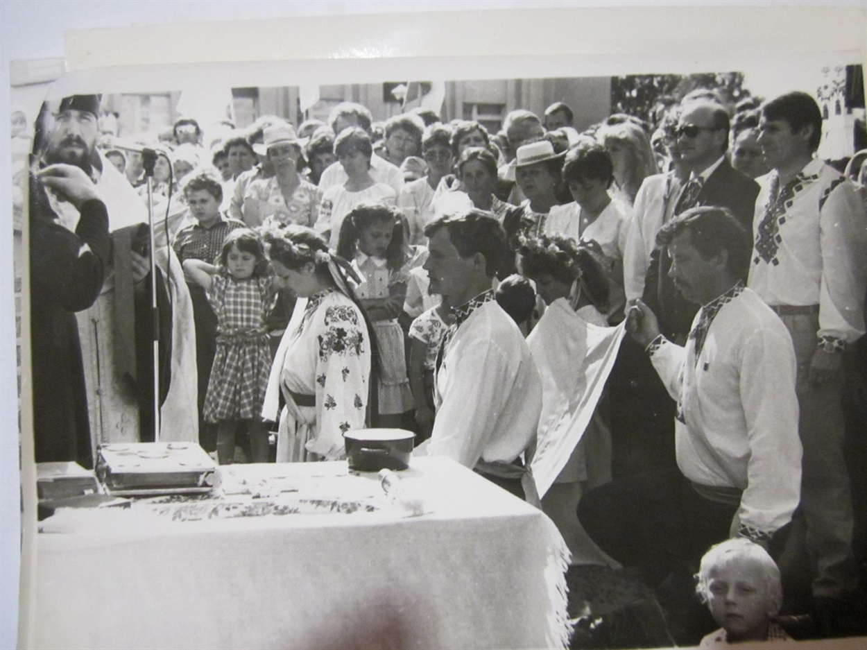 Висвячення Національного прапора перед його встановленням на Кузнецовській міській раді. Чин освячення проводив священник Володимир Крот зі Старої Рафалівки. 29 липня 1990 року