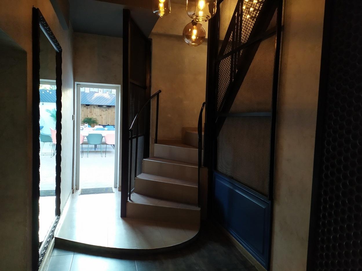Лестница на второй этаж и выход на террасу