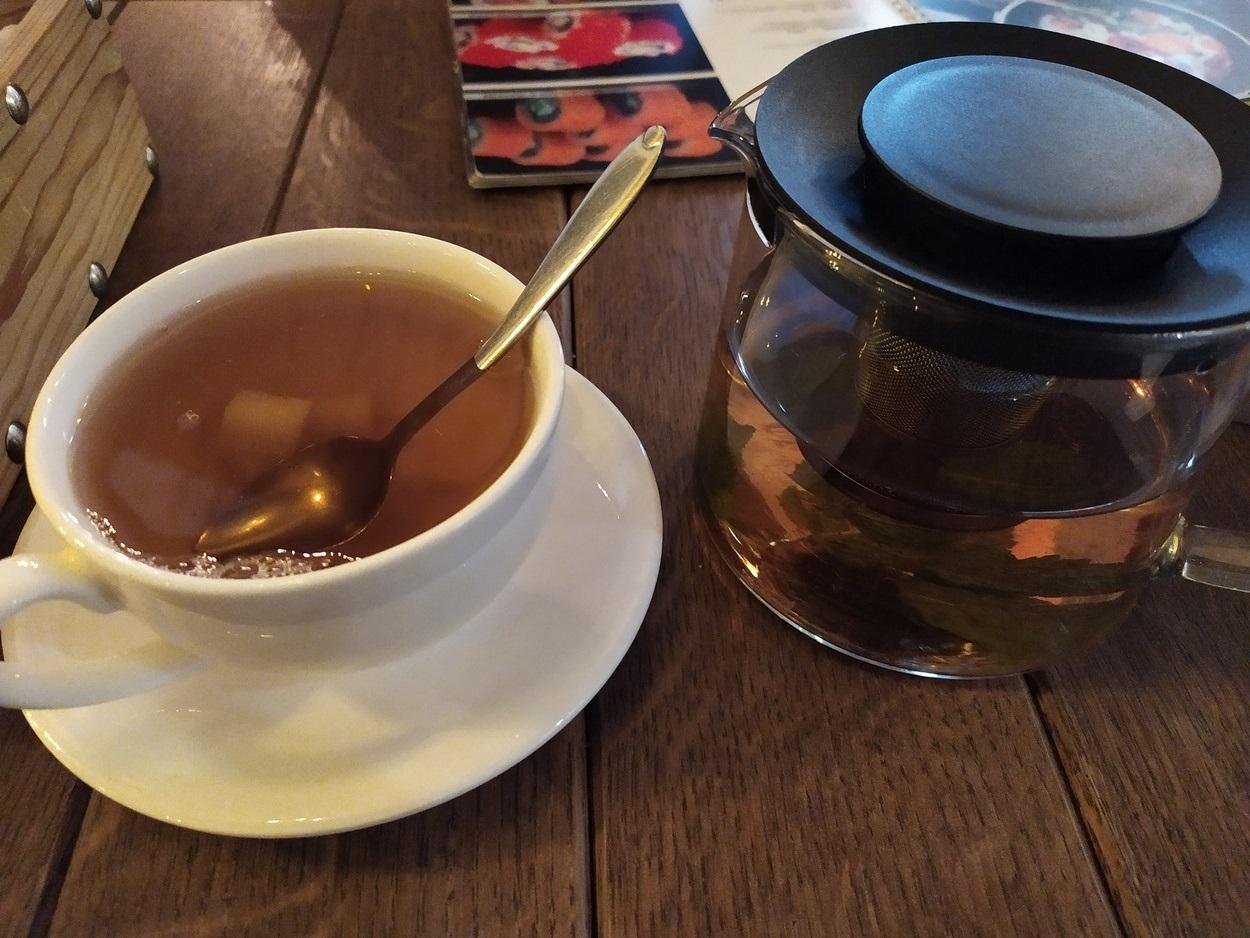 После того, как добавили еще порцию чайных листьев - вода потемнела, но вкус так и не появился...