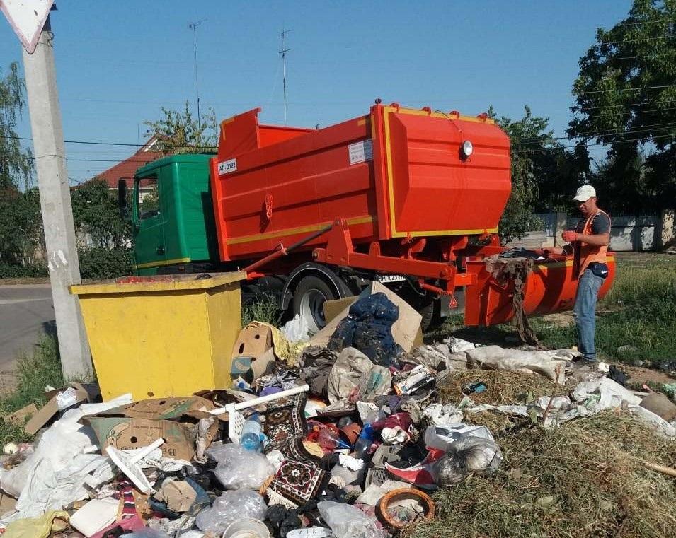 Фото від 26 серпня. Це не окраїна міста. А практично центр - на розі вулиць Московської і Горького. Хто зніс і розкидав це сміття?