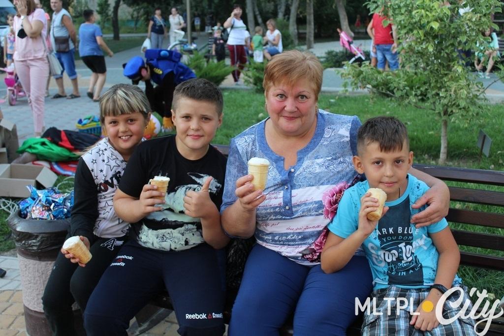 Елена Владимировна и внуки праздником довольны, а у старшего внука сегодня день рождения - поздравляем!