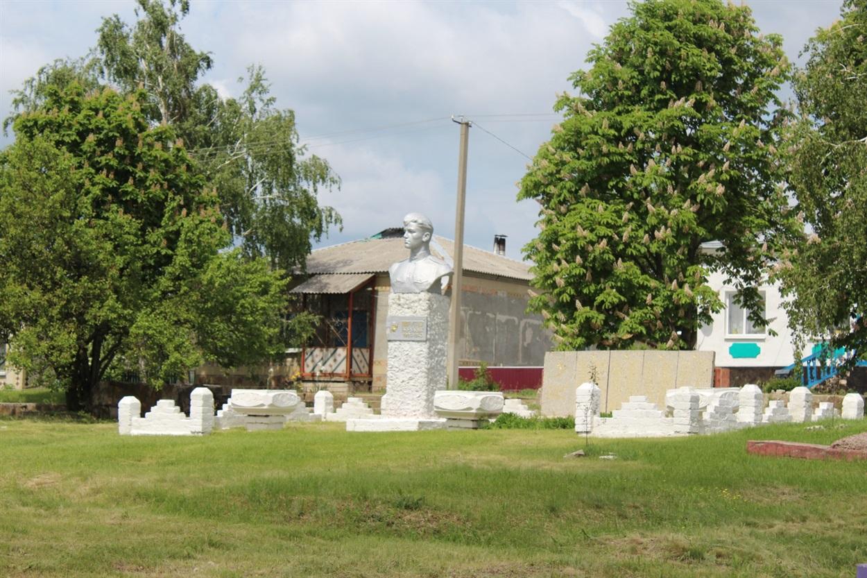 Пам'ятник односельцю герою другої світової війни Олексію Попугаєву