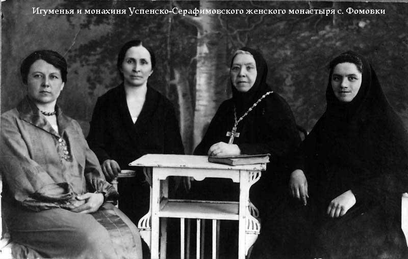 Третя зліва— ігуменя Марія