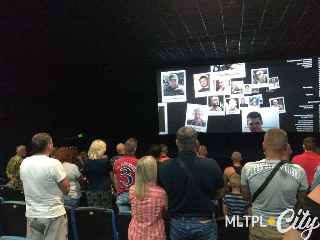 Финальные кадры фильма немногочисленные зрители встретили стоя