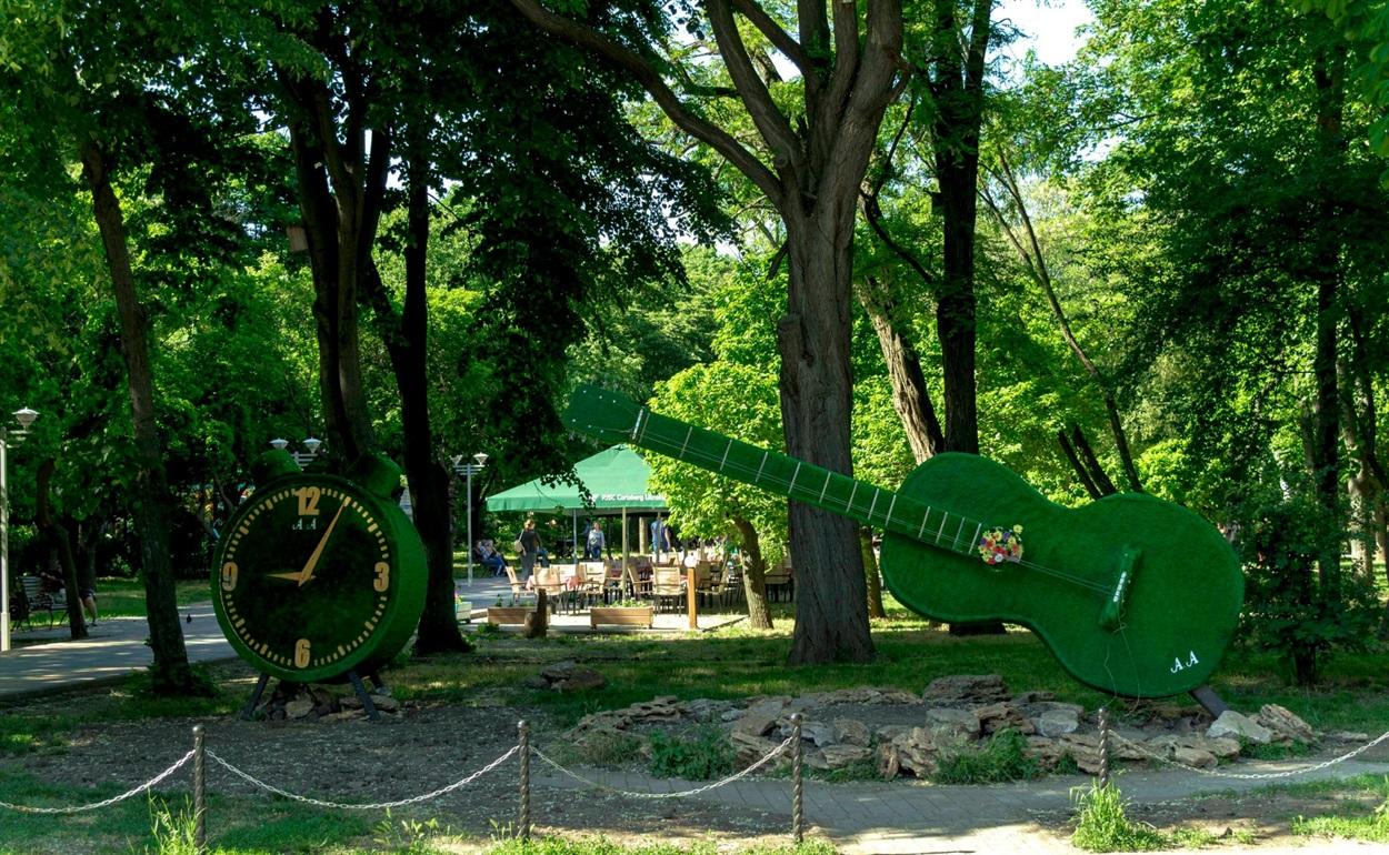 Це в парку Горького в Одесі. Схожа конструкція може з'явитися і на подвір'ї музичної школи в Біляївці.