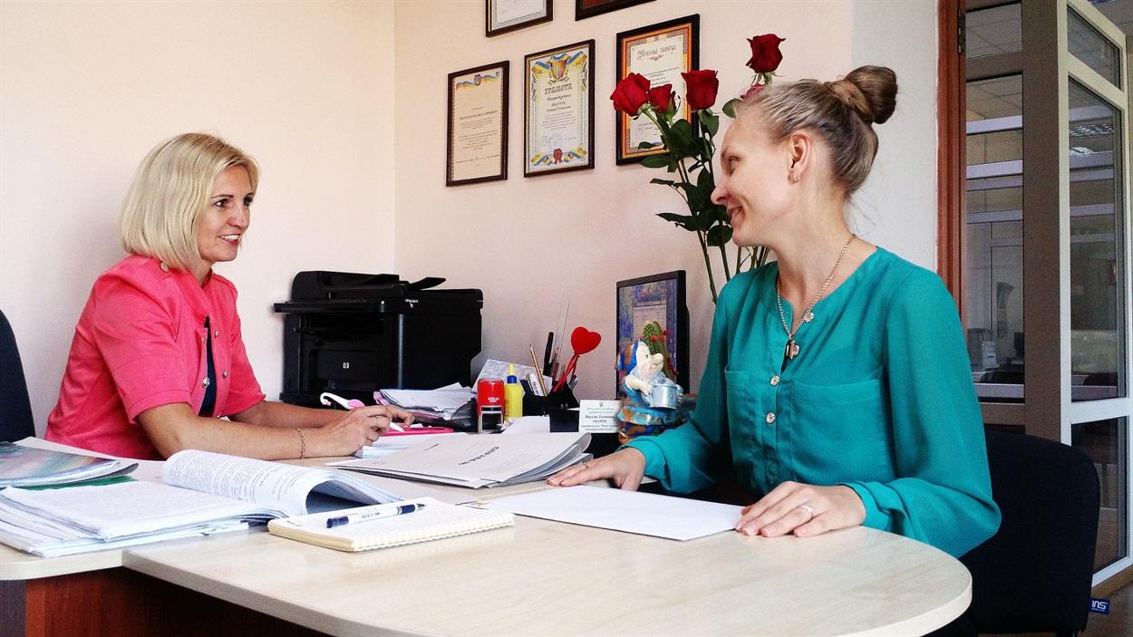 Робота з документами, як і прийом відвідувачів, також іноді є спільною. Адміністратори Володимирецького ЦНАПу Наталія Ткачук та Галина Проніна
