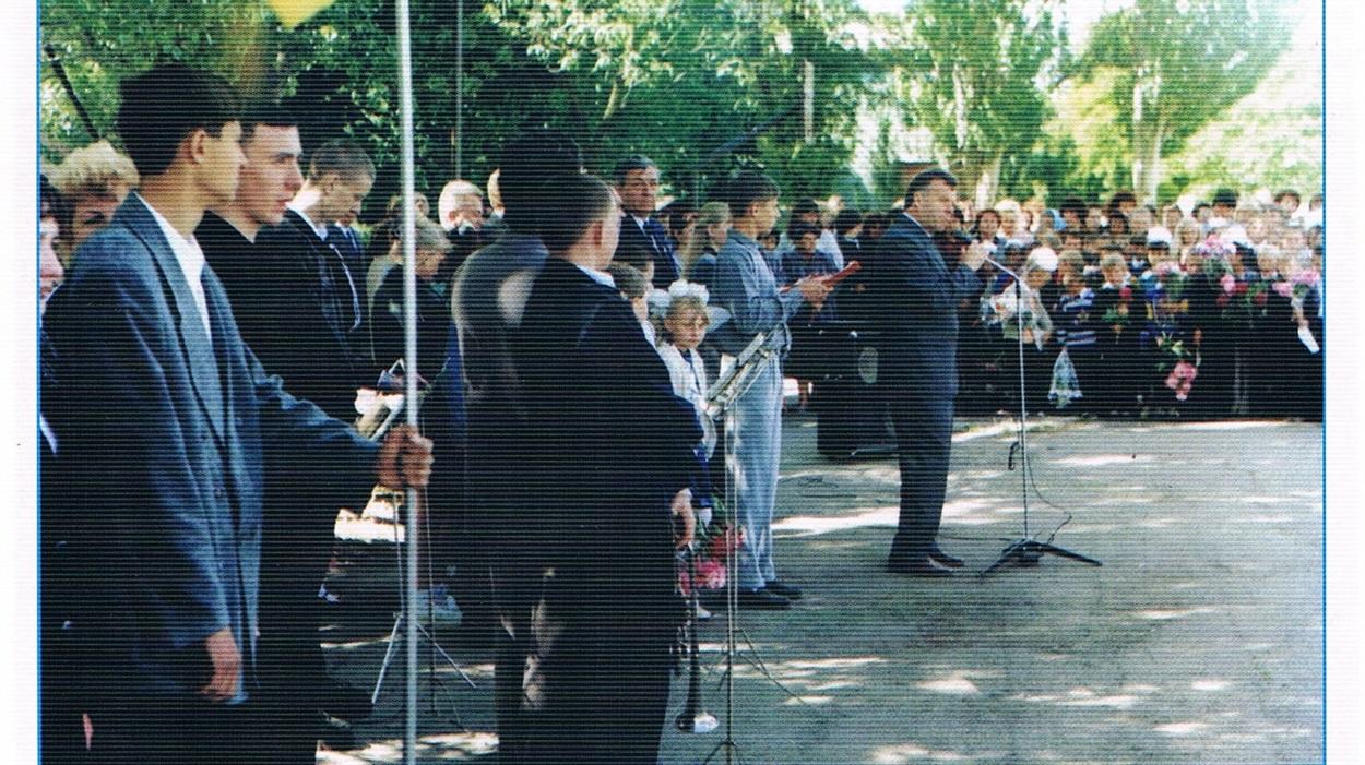 Останній дзвоник 2002 року. Школярів Нижньосірогозької ЗОШ І-ІІІ ступенів вітаєСтаніслав Ніколаєнко