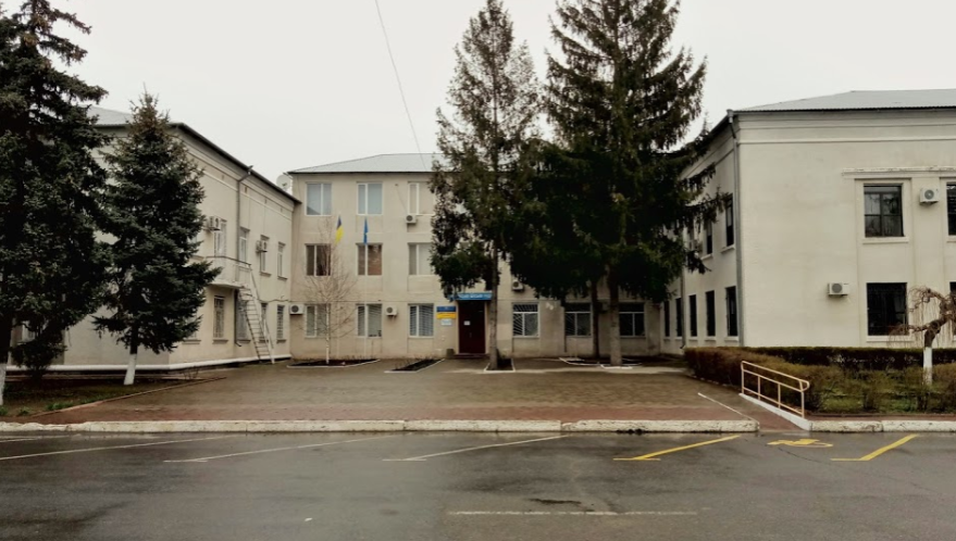Три будівлі як символ старого адміністративно-територіального устрою: Біляївська райрада (ліворуч), Біляївська райдержадміністрація (праворуч). І посередині - Біляївська міська рада, яка до реформи була наділена тими ж функціями, що і сільські ради району