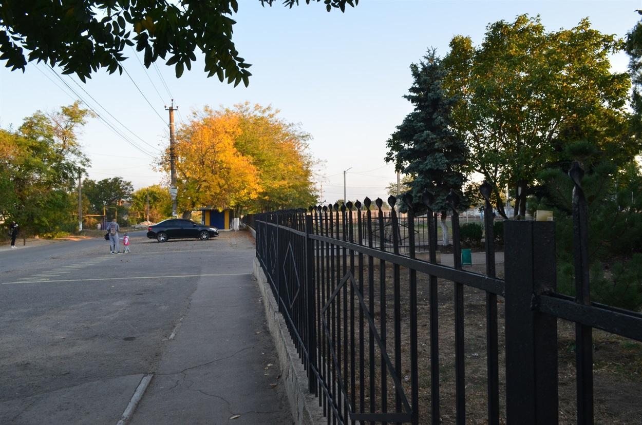 Сельчанам не вистачає автобусних зупинок та знаків. Це територія поруч зі школою