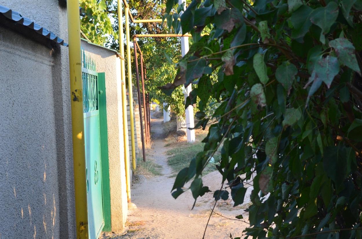 Тротуар, який веде до місцевої школи