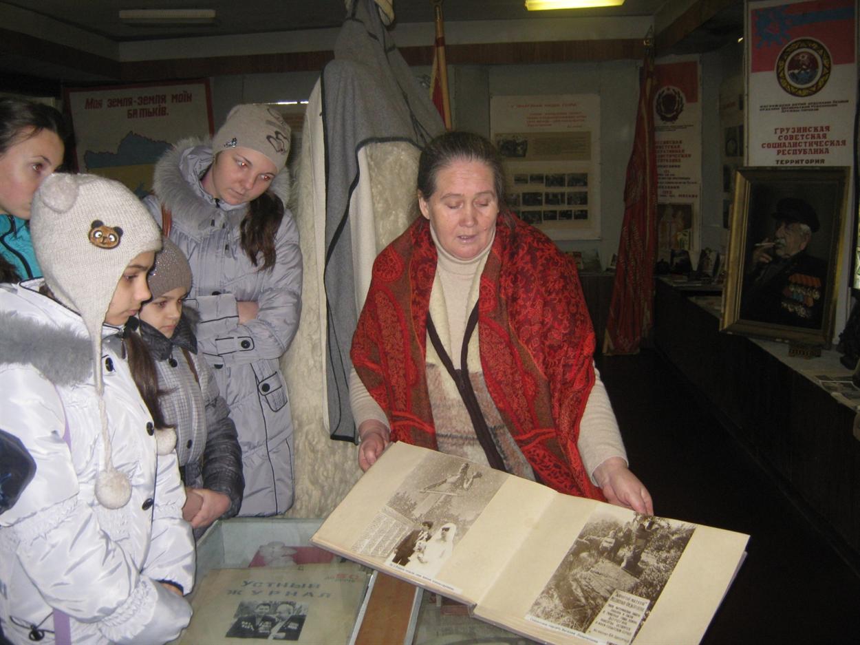 Галина Шупручко, директор музея, рассказывает ребятам о дружбе наших народов.