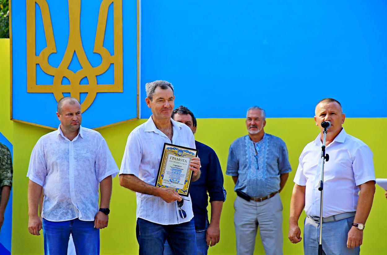 Сергей Григорьев получает грамоту от городского головы, как автор Майданчика государственности