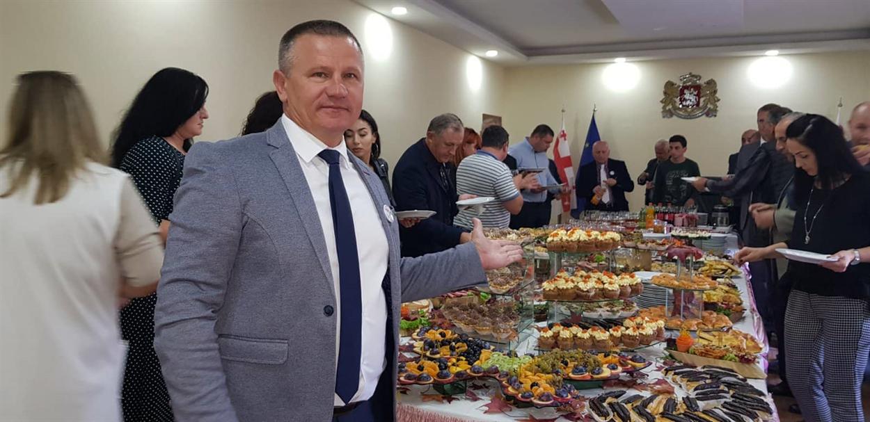 Генические чиновники покупали в Грузии рыбу и стреляли из лука, а мэр занялся любимым делом