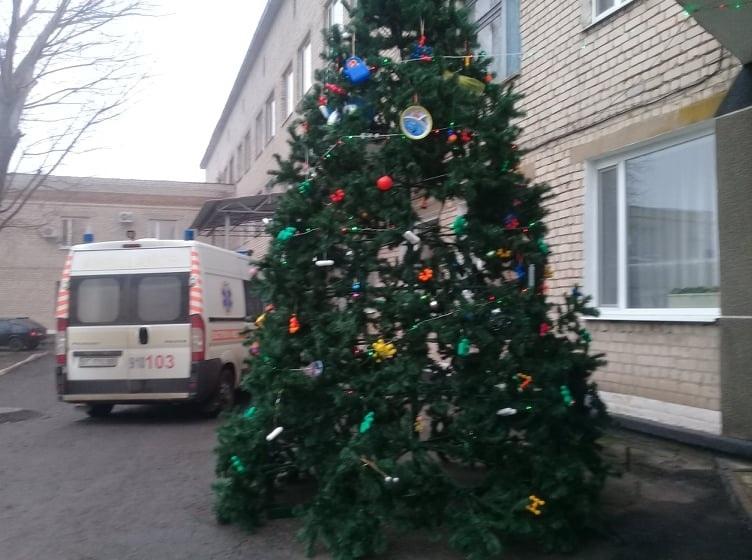 В одном из райцентров Херсонщины уже украсили елку