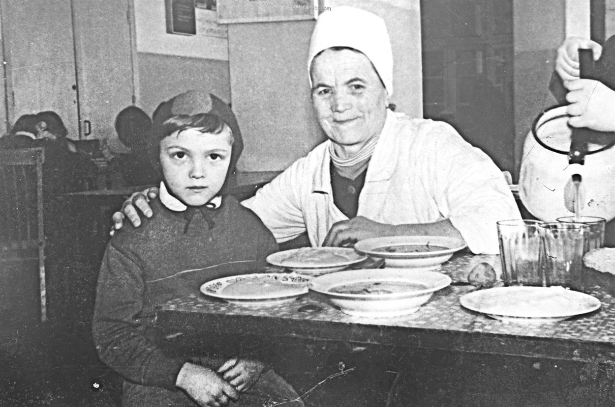 Тётя Поля стала любимицей детворы школы №2