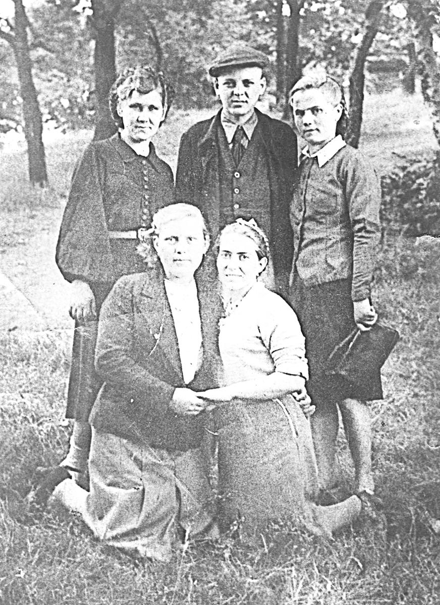 2июня 1944г. Германия. Фото сдрузьями напамять. Полина Омельяненко— справа вовтором ряду.