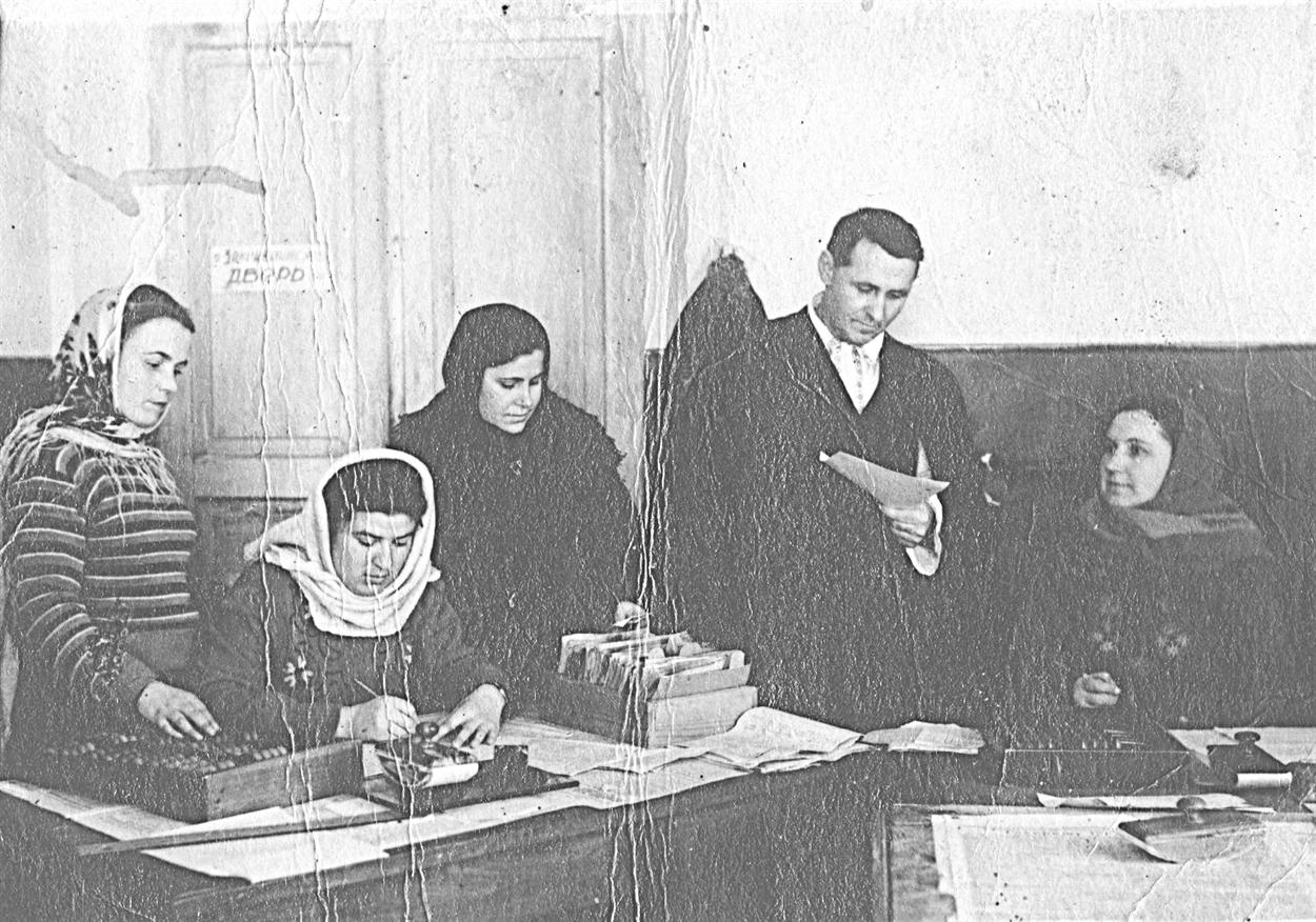 1950-е годы. Вовремя работы врайонной больнице. Полина Омельяненко— крайняя слева