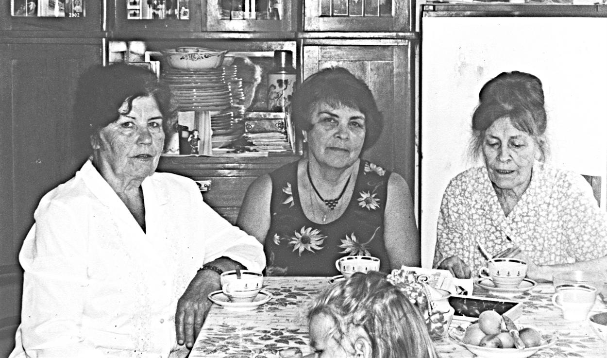 2004 г. Надежда (слева) с родными сестрами Диной (в центре) и Лидой (справа)