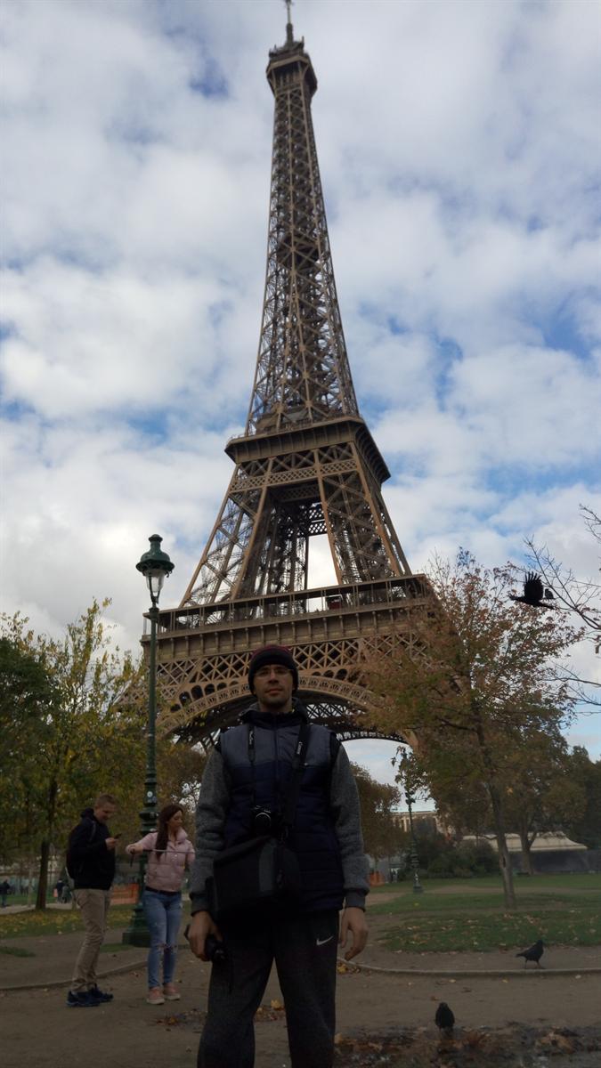 По Эйфелевой башне сразу можно узнать, что это за город