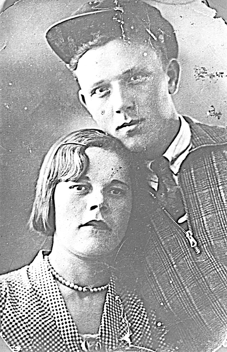 Инна Николаевна бережно хранит фото своих родителей Николая и Доры Крюковых