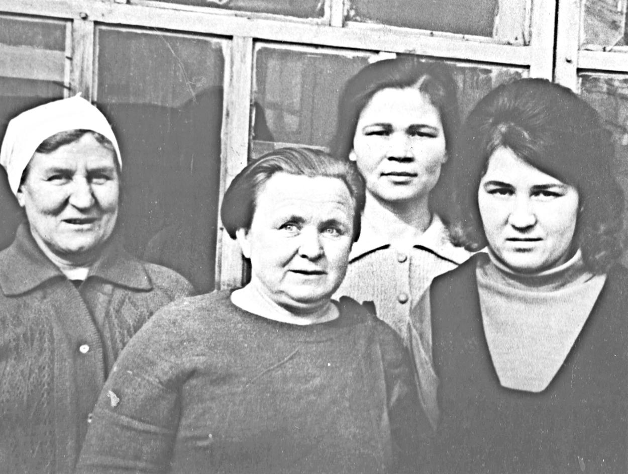 1968г. Полина Крыжко, заведующая детсадом (вцентре), сработниками садика