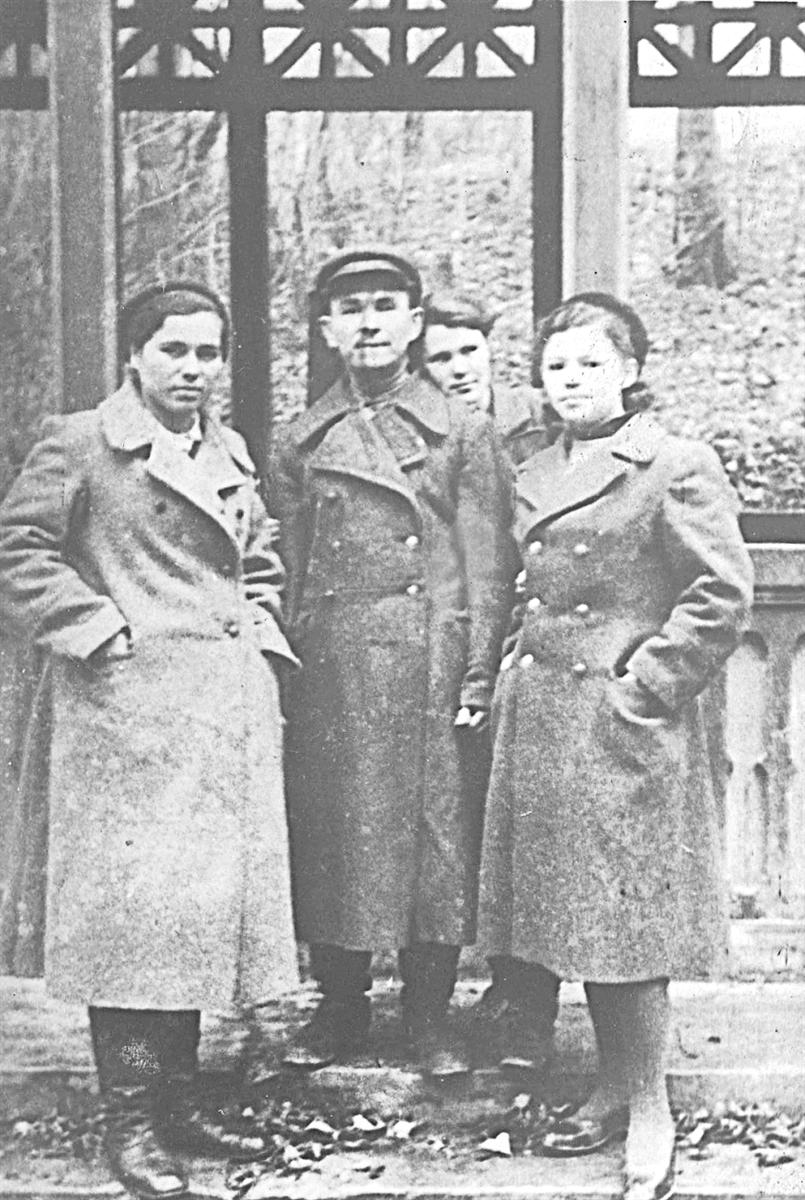 1944г. Старший сержант, медсестра Анна Светлицкая (слева)