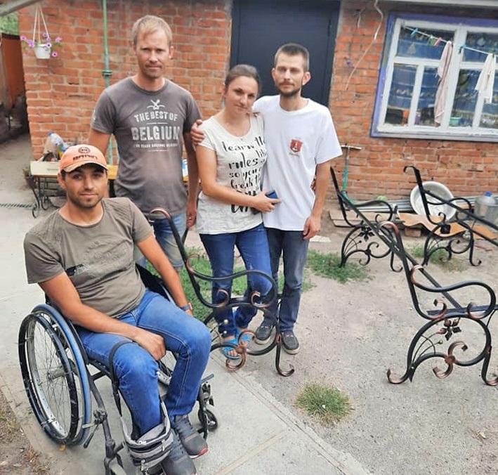 Команда майстрів, яка виготовляє арт-лавки
