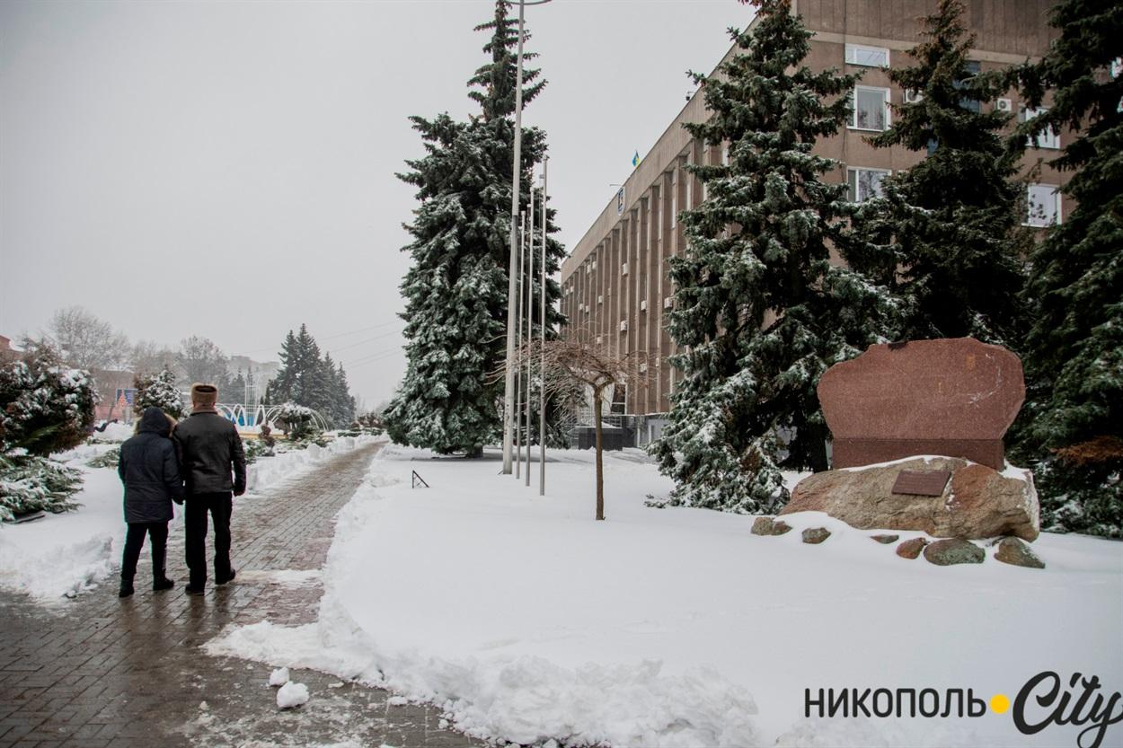Ожеледиця - частий супутник зимової погоди. Будьте обережні на вулиці!
