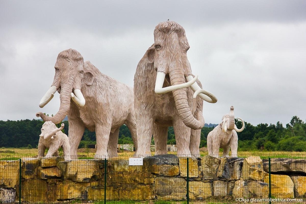 Скульптурна група мамонтів біля села Підгір'я