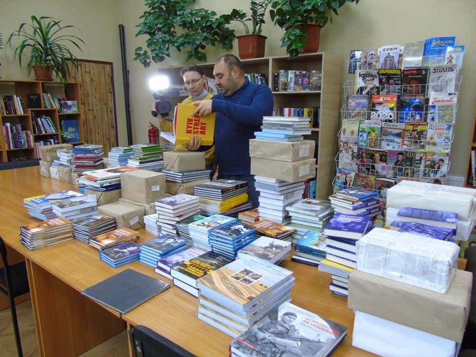 Олег Якубов передав 600 книжок бібліотеці у Сватовому у лютому 2021